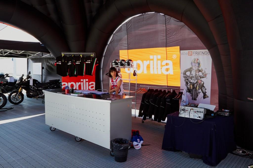 """Lo stand ufficiale Aprilia durante la tappa di Misano della SBK 2014. Purtroppo il """"roll-up"""" era un po' instabile, e a volte si riavvolgeva scomparendo alla vista! :-("""