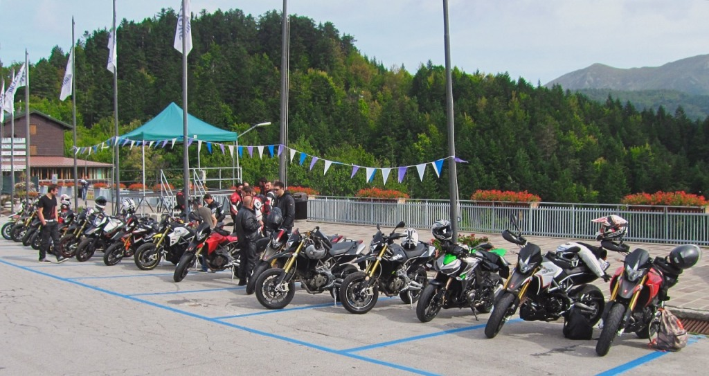 Parte delle moto, allineate all'Abetone